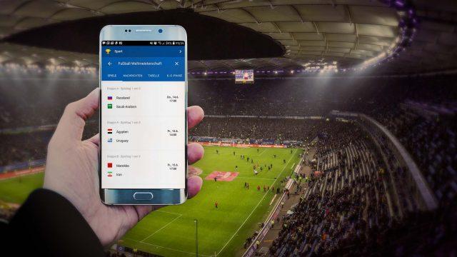 Ein Smartphone zeigt WM-Ergebnisse