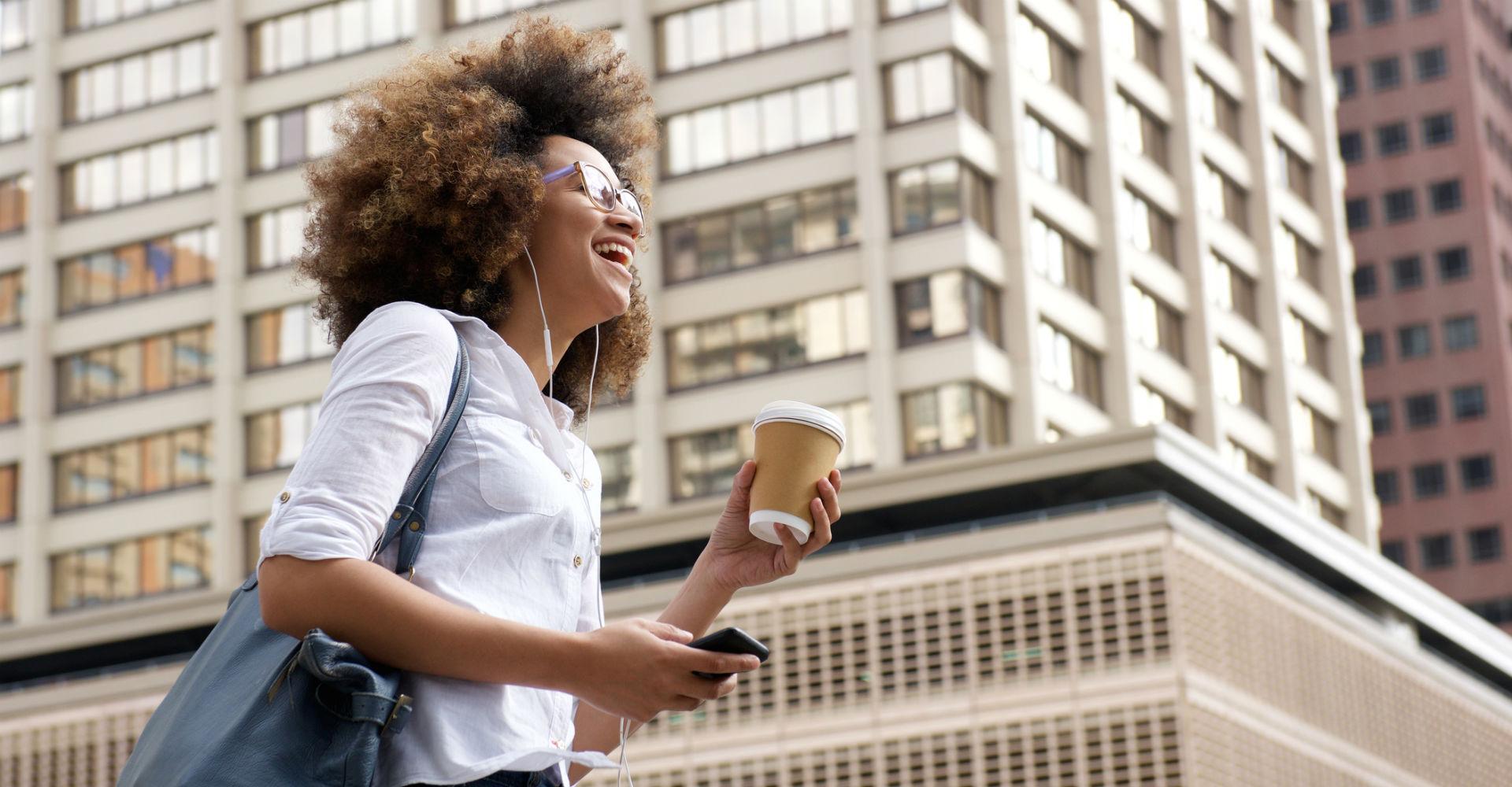 Junge Frau hört einen Podcast via Smartphone.