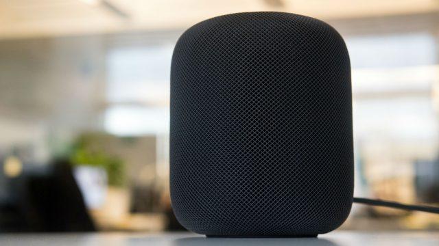 Apples HomePod steht auf dem Schreibtisch.