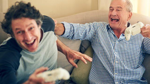 Vater besiegt Sohn beim Spielen auf der Xbox One