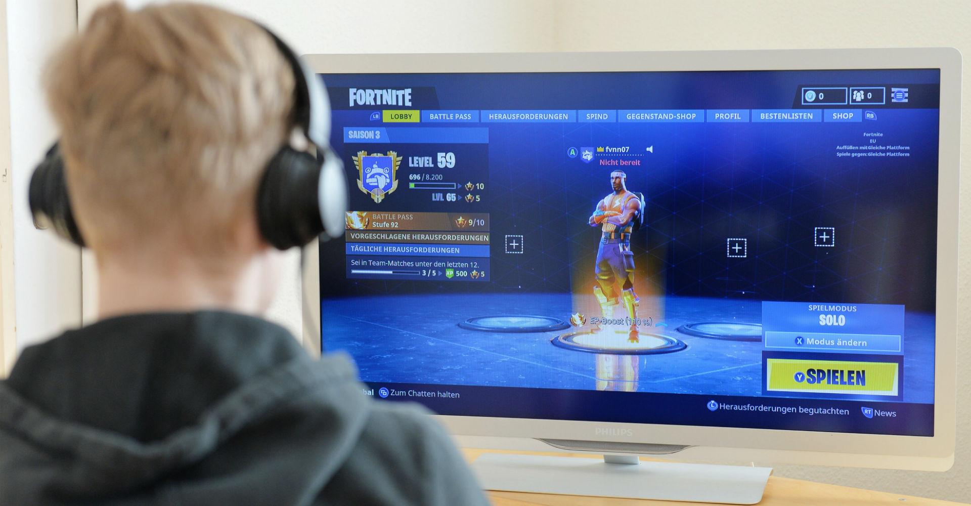 Während er Fortnite spielt