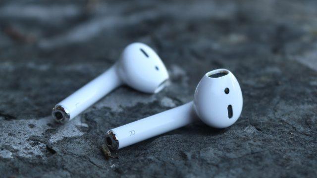Zwei AirPods von Apple