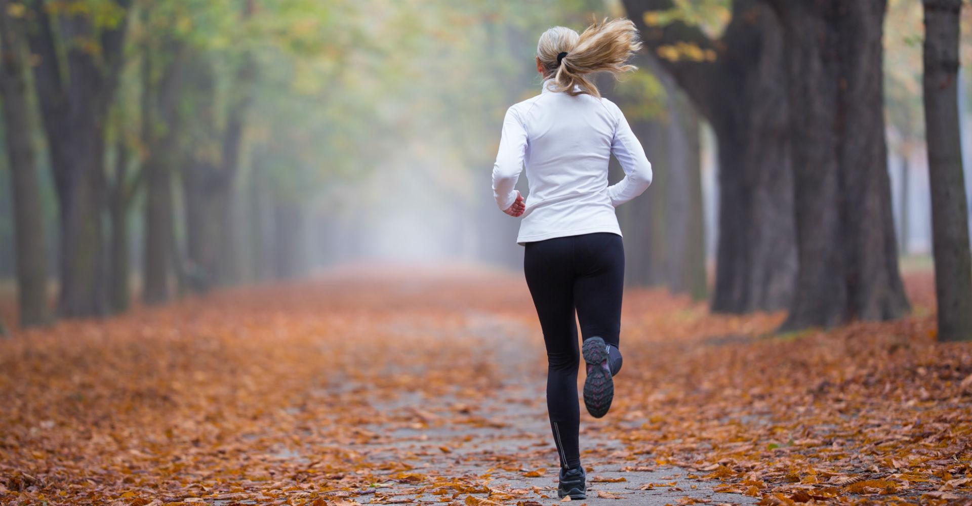 Junge Frau absolviert ein Lauf-Training.