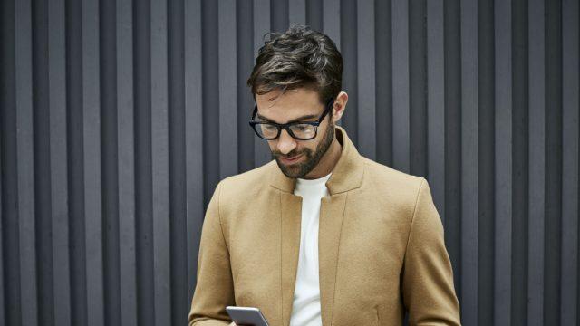 Junger Mann setzt über den Recovery Mode sein Android-Smartphone zurück.