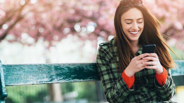 Junge Frau testet Androids Digital Wellbeing am Smartphone.