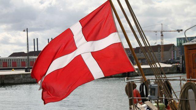 Dänische Flagge weht im Wind.
