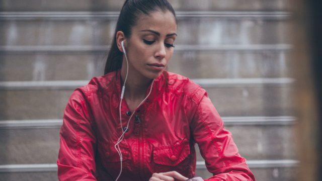 Junge Frau öffnet auf ihrer Apple Watch einen Websiten-Link.