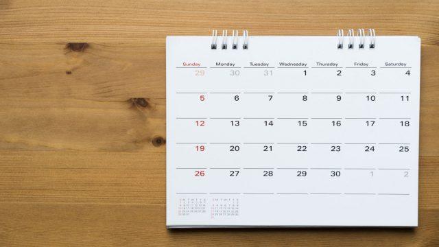 Kalender aus Papier liegt auf dem Tisch.