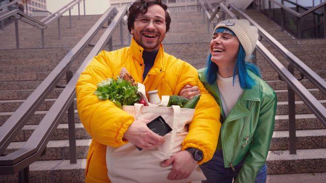 Junges Paar kauft mit Samsung Pay ein.