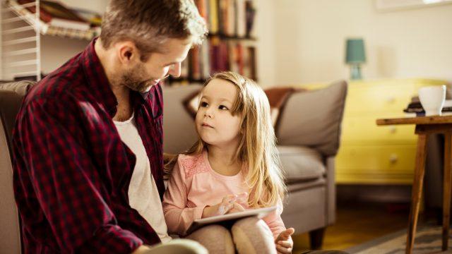 Ein Vater erklärt seiner Tochter, was die Amazon-Prime-Video-Altersfreigabe ist