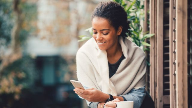 Junge Frau entdeckt am Smartphone die neue Google-Funktion
