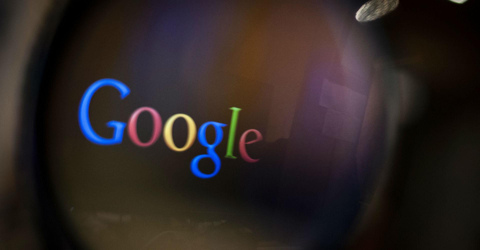 Google-Logo durch eine Lupe betrachten.
