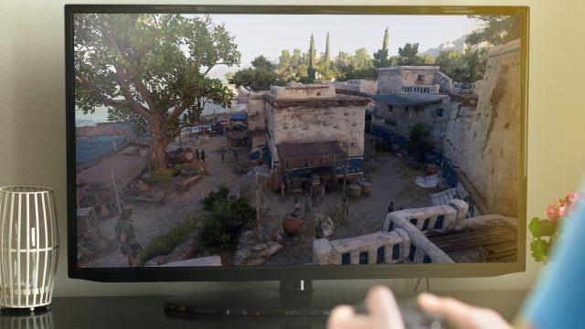 Junge spielt Assassin's Creed: Odyssey auf TV