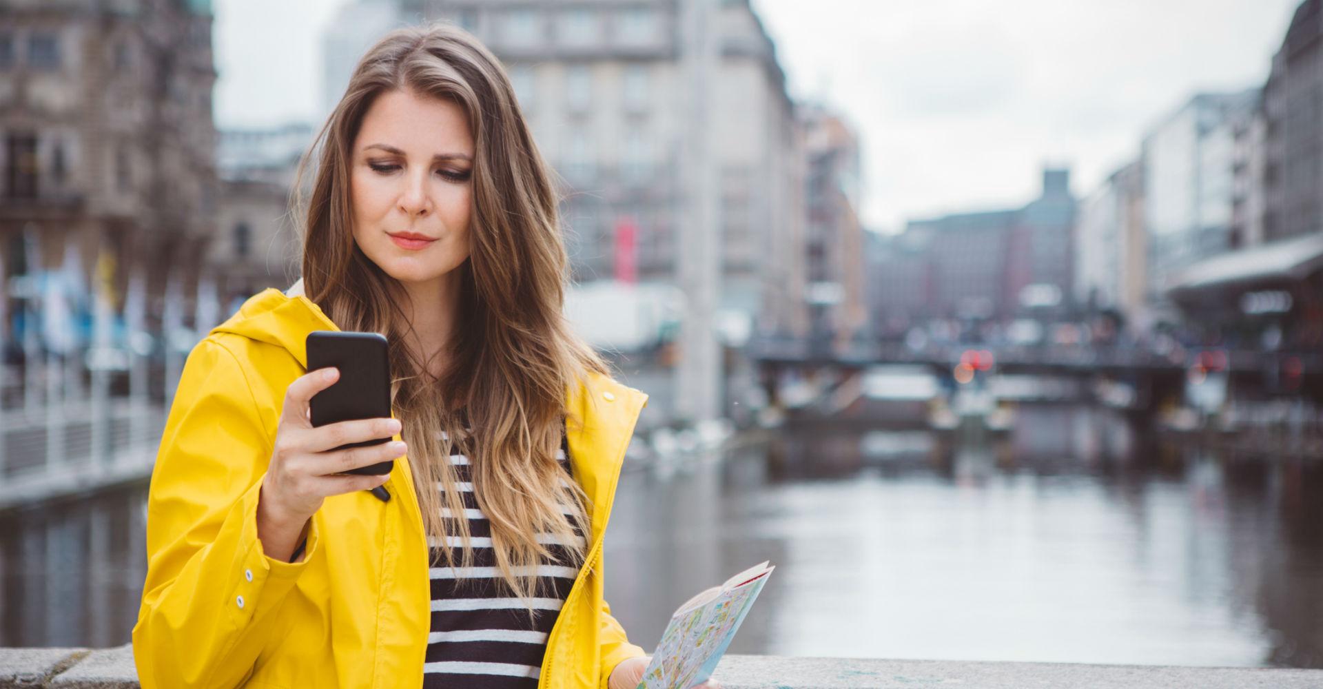 Neue Google-Maps-Funktion hilft junger Frau beim Pendeln.