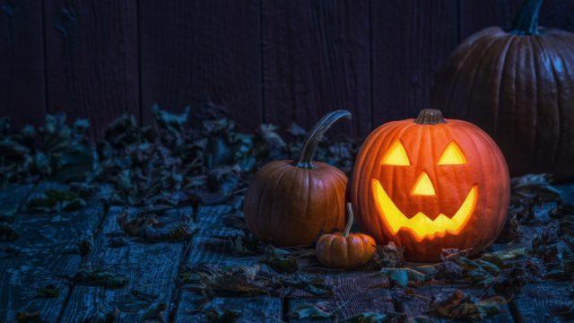 Leuchtender und ausgehöhlter Kürbis zu Halloween