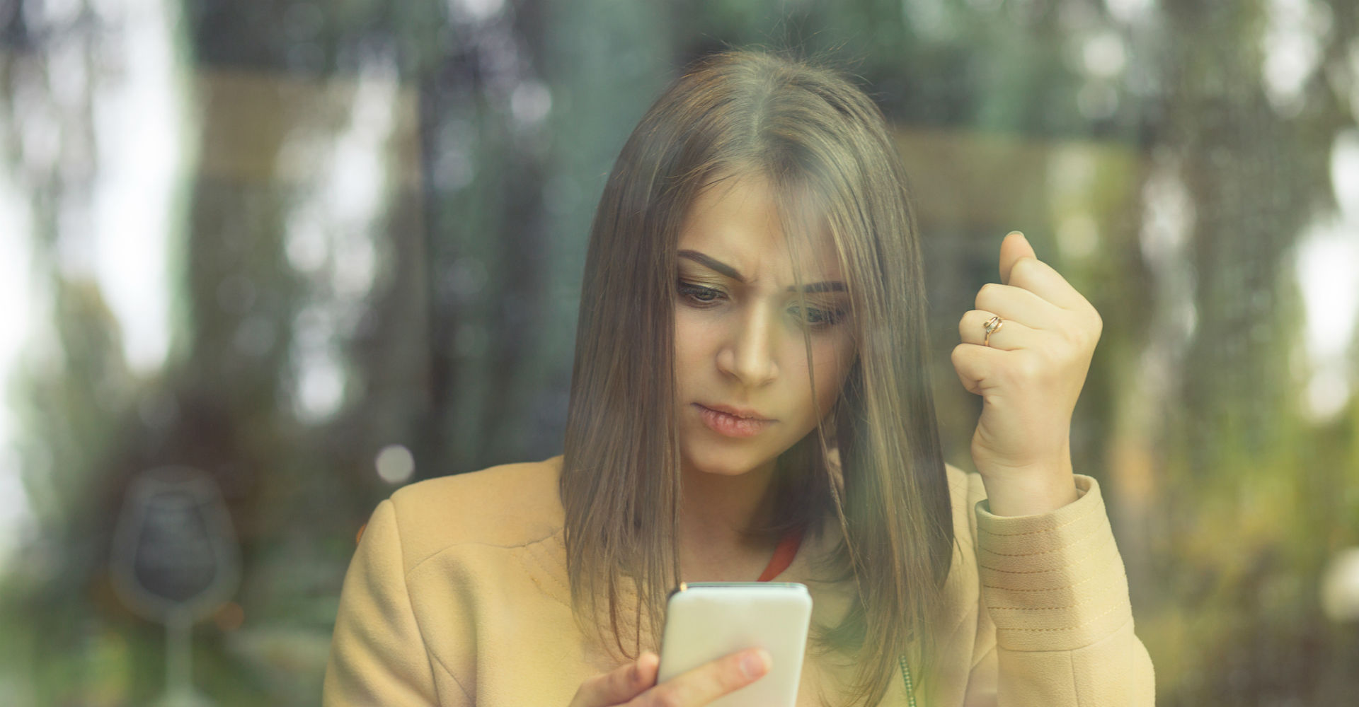 Frau testet an ihrem Smartphone beliebte Android-Apps.