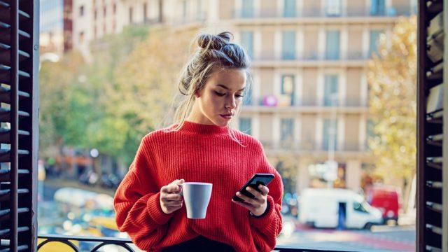Junge Frau lädt Android-App aus dem Google Play Store herunter.