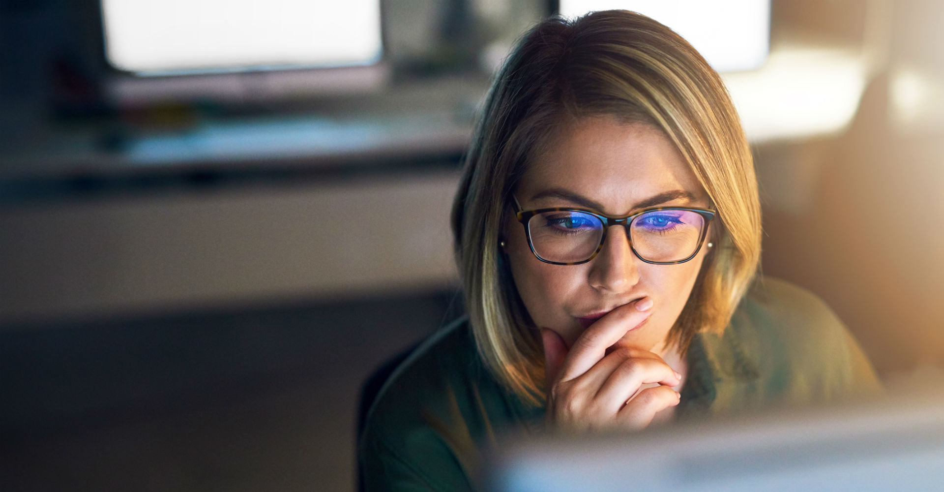 Junge Frau testet Adobe Premiere Rush CC am Computer.