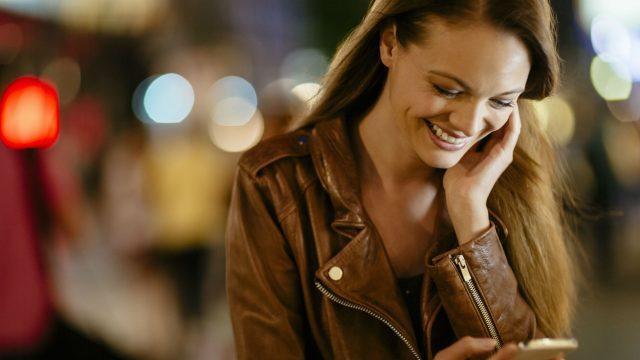 Junge Frau erstellt am iPhone X einen Screenshot.