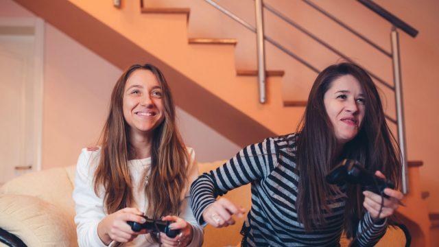 Freundinnen spielen eines der Top-Games von 2019 mit ihren Controllern.