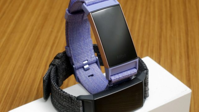 Fitbit Charge 3 mit violettem Armband.