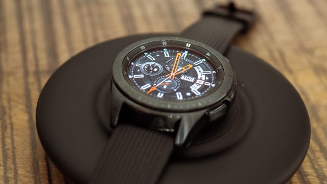 Samsung Galaxy Watch auf einer Ladestation