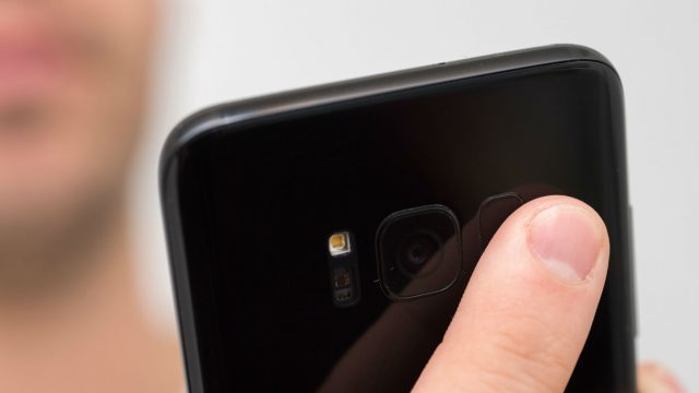 Den Fingerabdruck am Sensor des Samsung Galaxy S8 scannen.