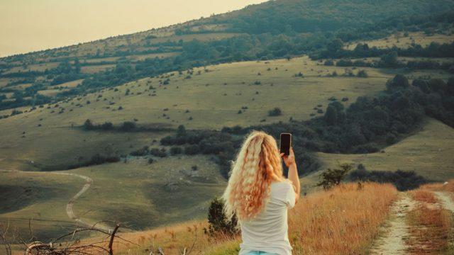 Junge Frau schießt ein Foto