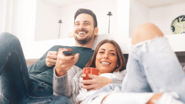 Junges Paar schaut am Valentinstag gemeinsam einen Film