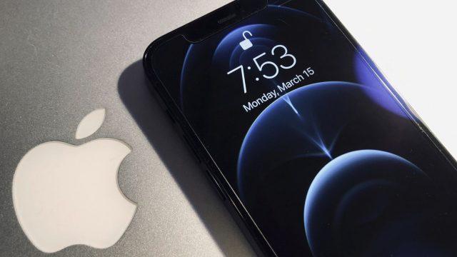 MacBook und iPhone 12