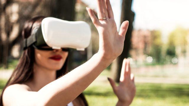 Frau mit VR-Brille im Park