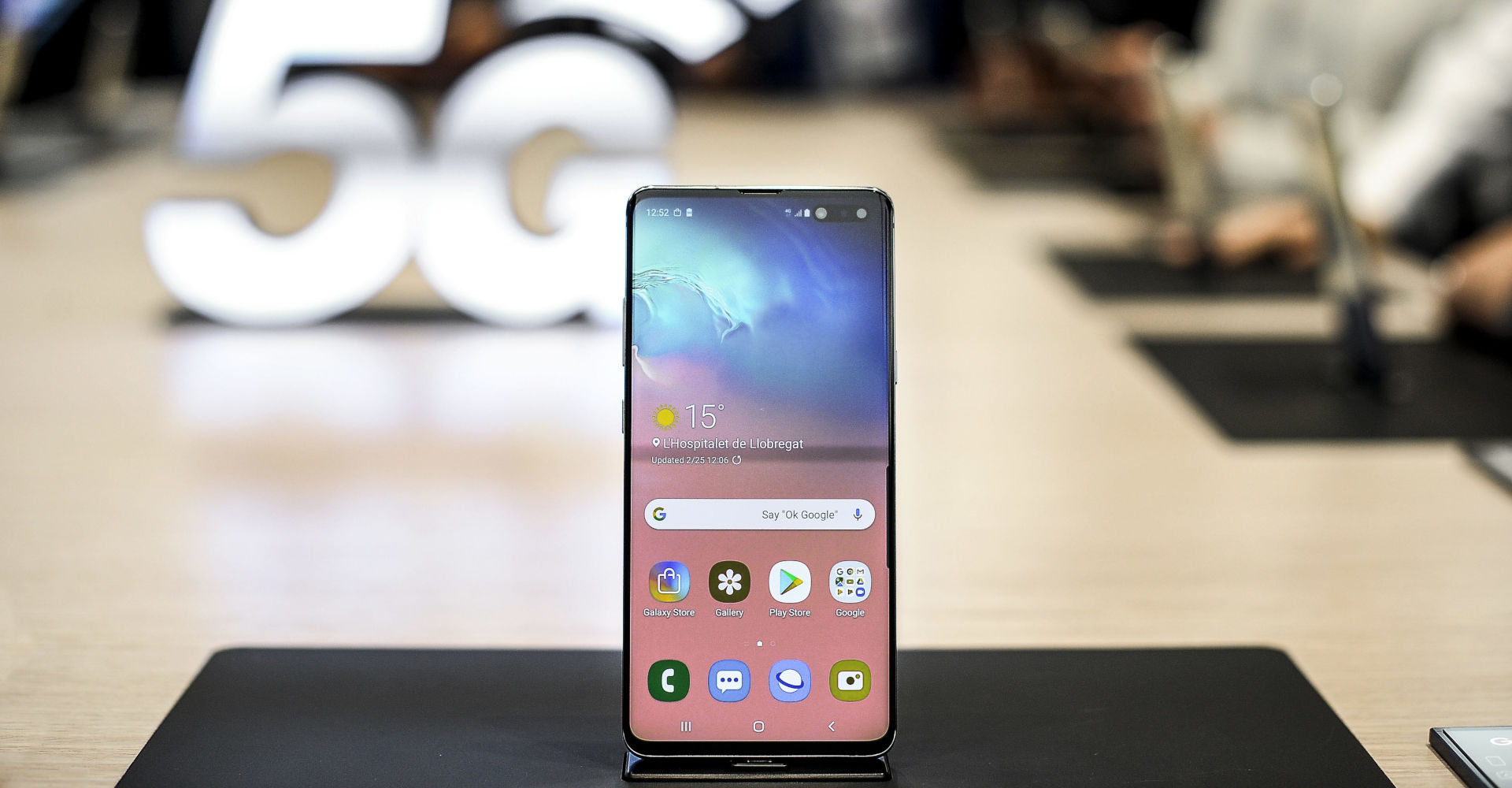Samsung Galaxy S10 mit Kamera im Display.