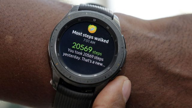 Die Samsung Galaxy Watch am Handgelenk.