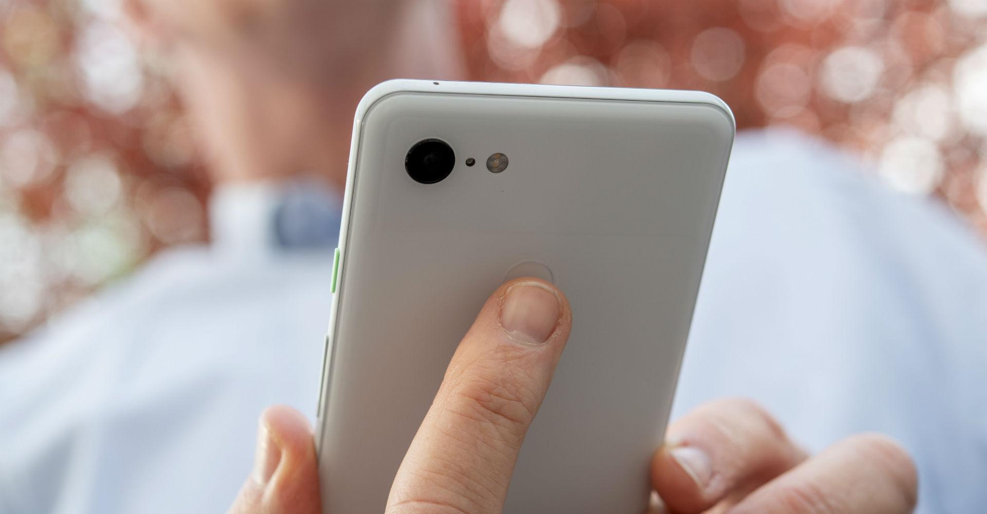 Das Google Pixel 3 via Fingerabdrucksensor sicher entsperren.