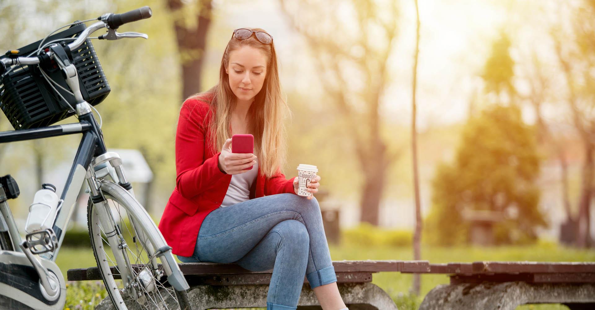 Junge Frau öffnet am Smartphone die Entwickleroptionen.