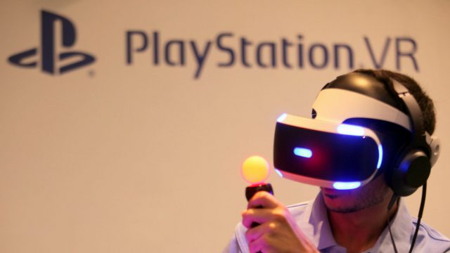 Junger Mann spielt über PS VR in der virtuellen Realität.