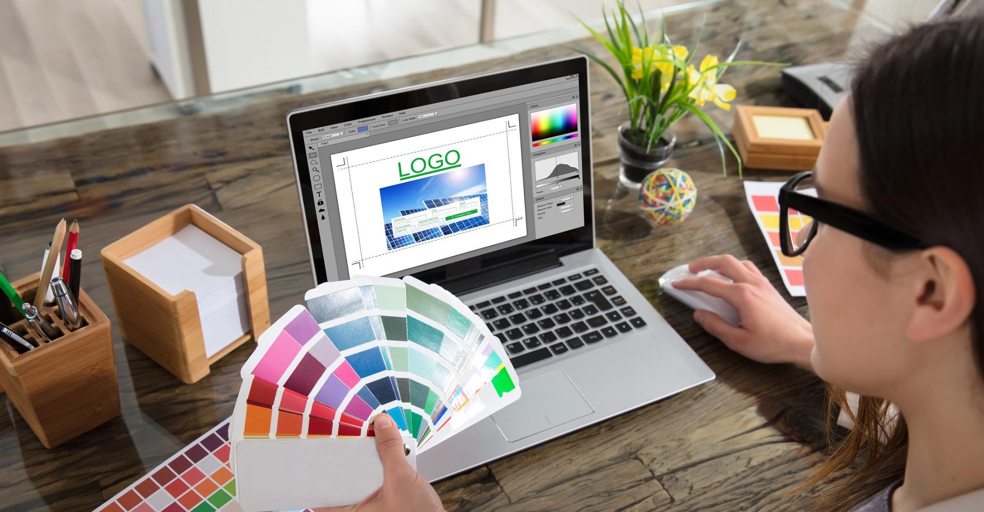 Frau erstellt eigenes Logo mit Photoshop