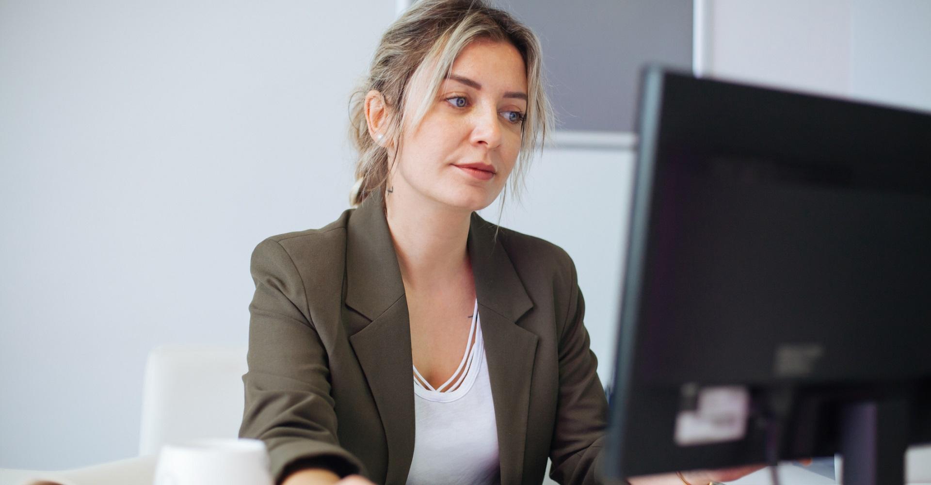 Junge Frau checkt ihre Apps auf Windows 10