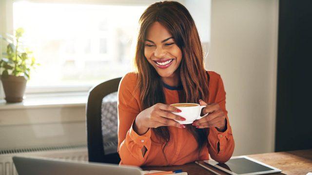Junge Frau sieht sich auf dem Desktop ihres Laptops den Godmode an.
