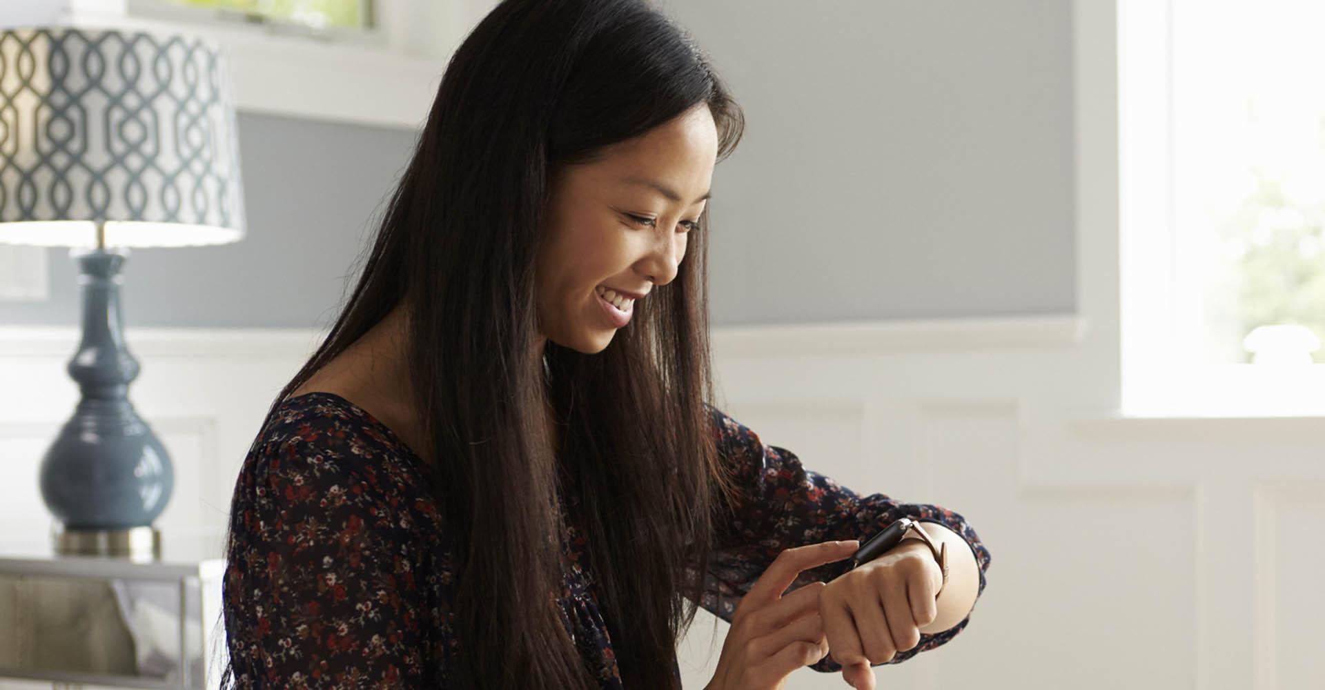 Frau stellt den Wecker der Apple Watch.