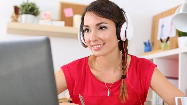 Junge Frau nutzt Google Podcasts am Desktop.