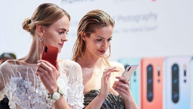 Zwei Frauen testen das neue Huawei P30