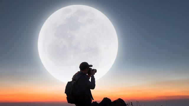 Mann fotografiert den Mond