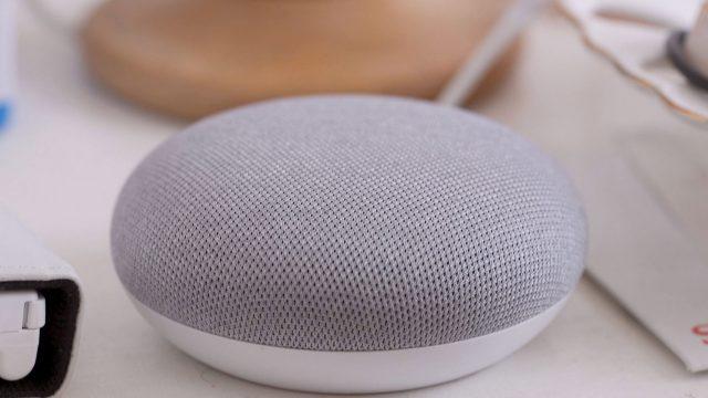Der Musik abspielende Google-Home-Lautsprecher steht auf einem Tisch.