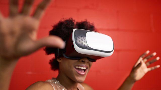 Frau nutzt VR