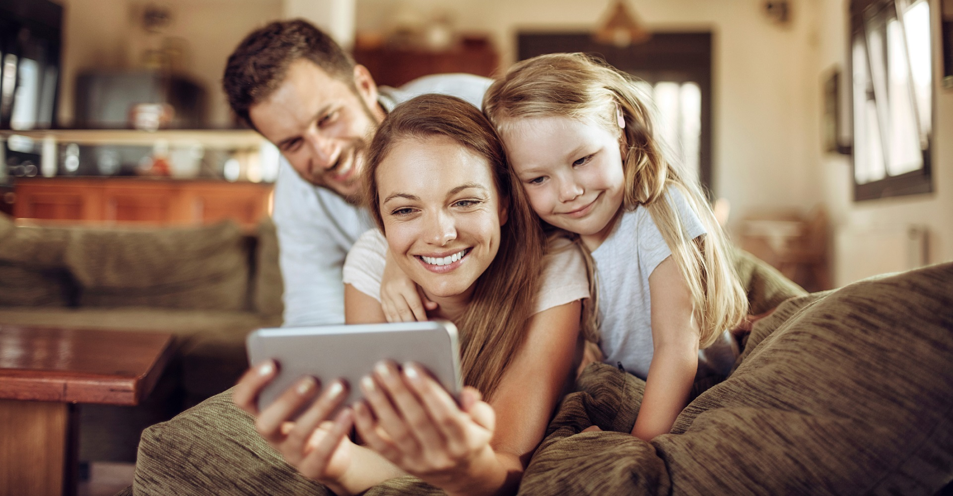 Familie schaut sich Fotos auf dem iPhone an