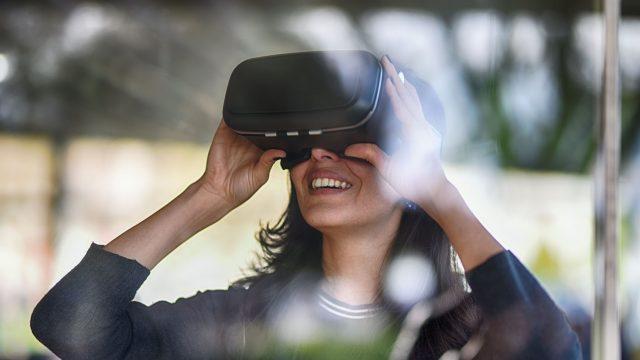 Frau mit Virtual Reality-Brille Kunst virtuell erleben in Ausstellung