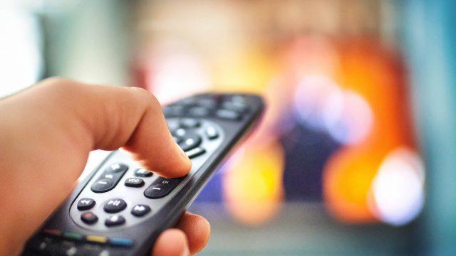 Am Fernseher den Sender mit der Fernbedienung wechseln.