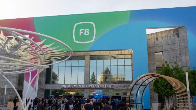 Menschen kommen zur F8-Keynote von Facebook.