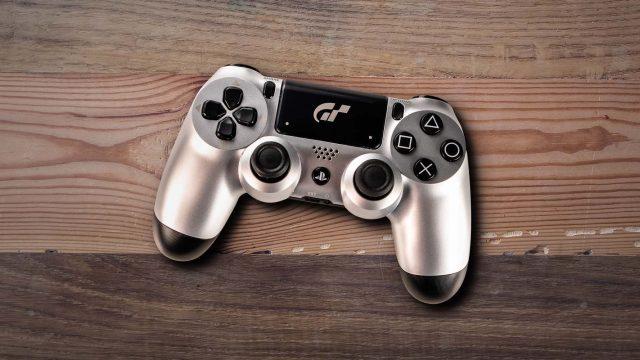 PS4-Controller liegt auf einer Tischplatte
